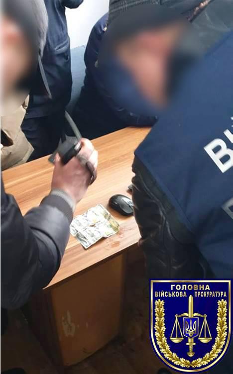 На Закарпатті прикордонник намагався з'їсти хабар в сумі 200 доларів США