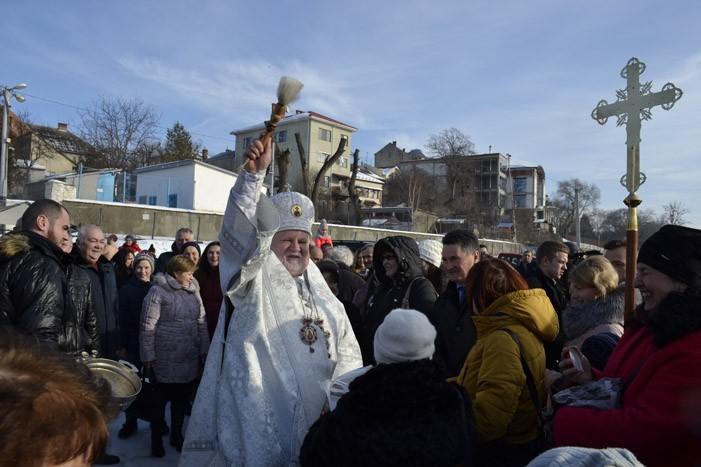 Закарпатські єпископи Православної Церкви України освятили воду на березі річки Уж (фото)