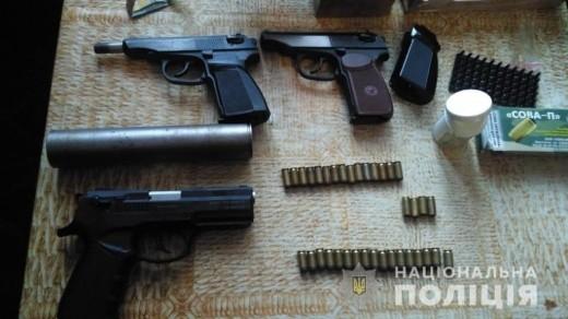 Поліцейські виявили та вилучили у закарпатця три пістолети і 60 набоїв