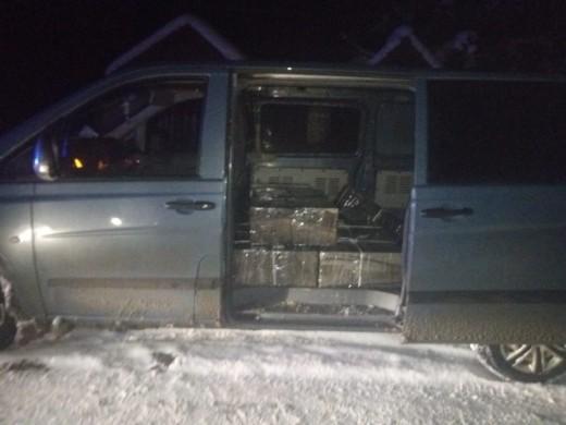 На Закарпатті тікаючи від прикордонників, контрабандисти покинули авто і пакунки з цигарками