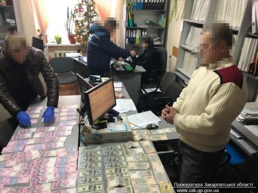 Фахівця Міжгірського центру зайнятості спіймали на отриманні хабара