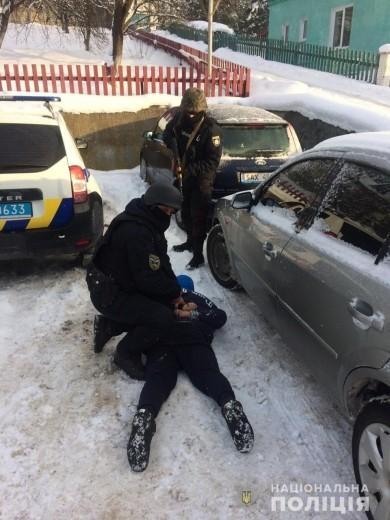 Поліцейські знайшли у 24-річного закарпатця маску та холодну зброю