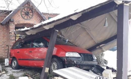 Неподалік Мукачева автомобіль відкинуло в придорожне кафе (ФОТО)