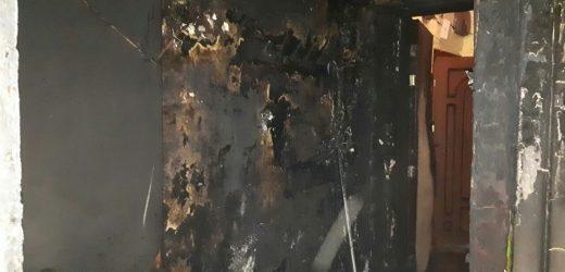 З палаючої квартири в ужгородській п'ятиповерхівці врятували жінку