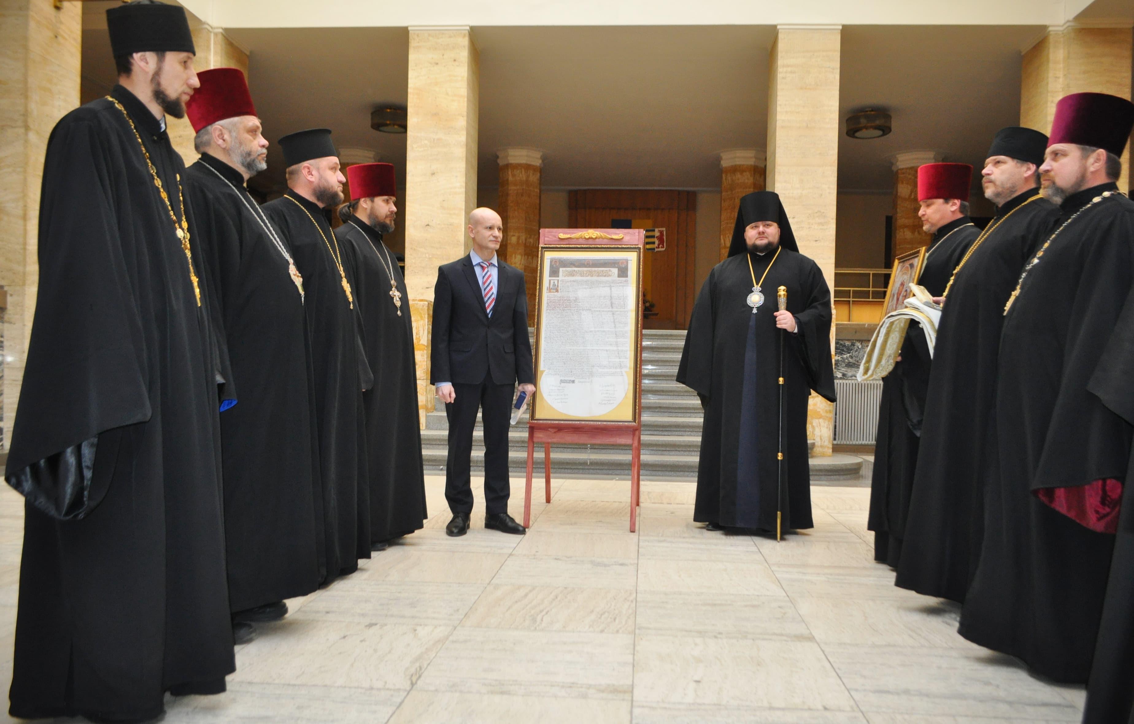 На Закарпаття привезли копію Томосу про автокефалію Української Православної Церкви