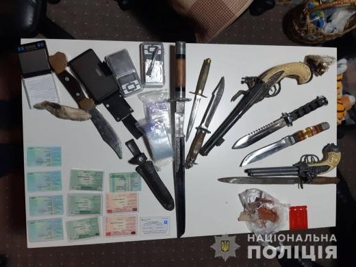 В будинку мешканця Ужгородщини виявили наркотики, зброю та вибухівку