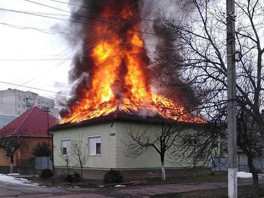 В Мукачеві патрульні врятували трьох людей з палаючого будинку
