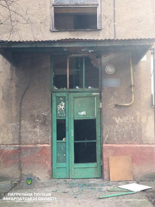 В Ужгороді затримали хулігана, який розбив вікна та чіплявся до перехожих (ФОТО)