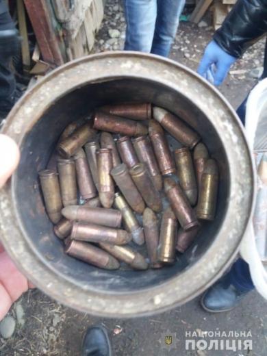 В будинку мешканця Перечинщини під час обшуку виявили ножі, набої та вибухівку
