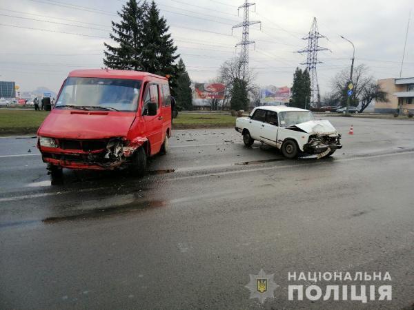 На в'їзді в Мукачево зіткнулися два автомобілі – четверо людей травмовані