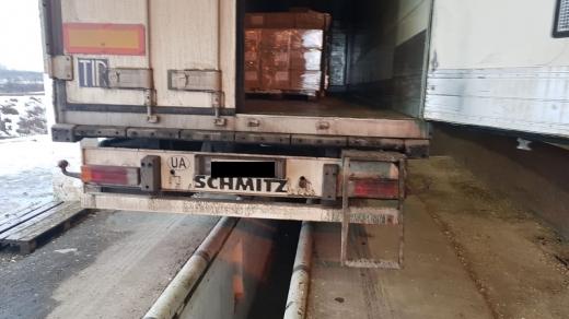 Закарпатські прикордонники виявили значну партію контрабандних цигарок у причепі вантажівки