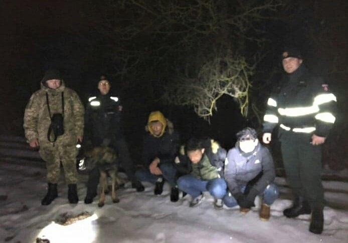 Неподалік Ужгорода прикордонники затримали групу нелегалів