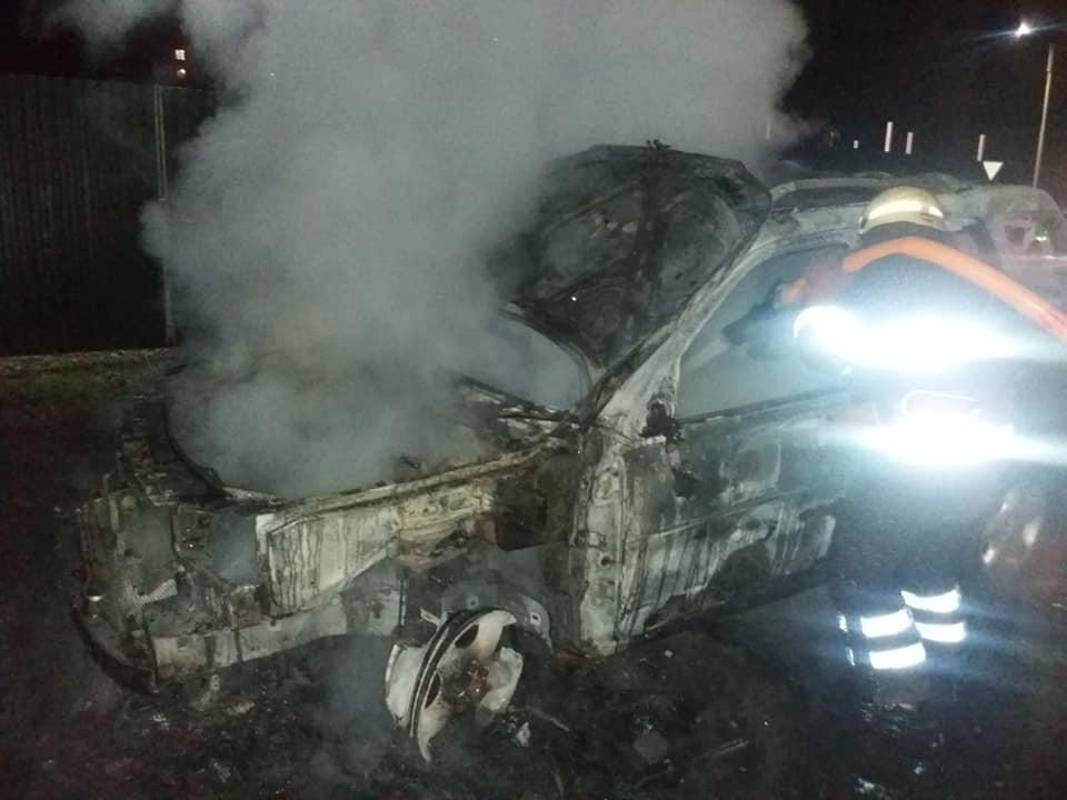 В Ужгороді вщент згоріла автівка (відео)