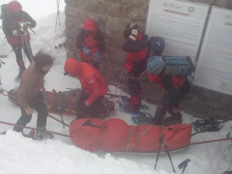 Рятувальники передали медикам тіла двох туристів, які потрапили у снігову пастку на горі Піп Іван