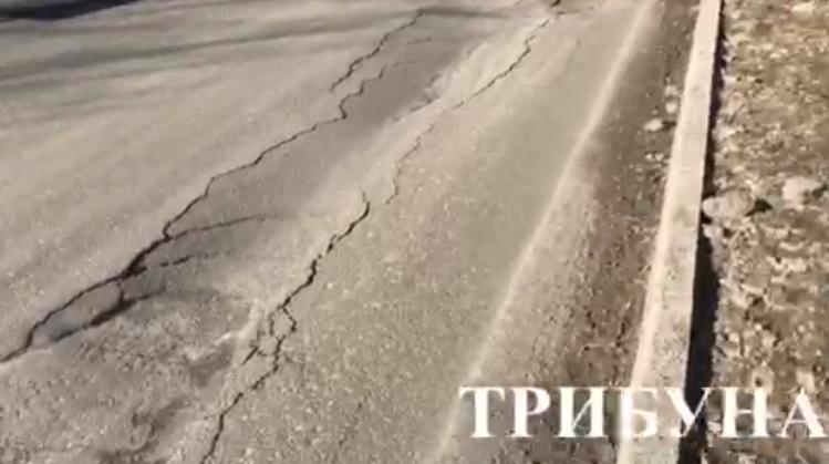 Новенький асфальт на вулиці Шумна в Ужгороді розвалюється (відео)