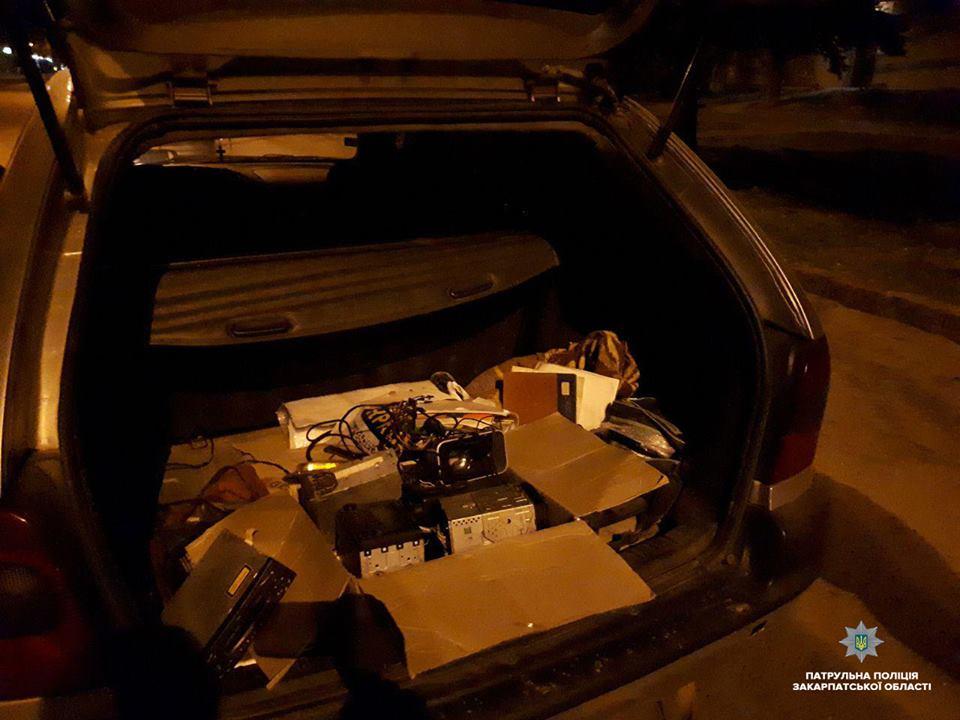 Вночі ужгородські патрульні зупинили дві автівки, у яких везли ймовірно крадені магнітоли