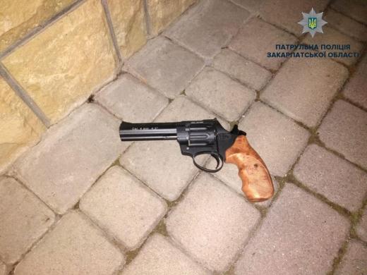 В Мукачеві п'яний чоловік погрожував зброєю рідним