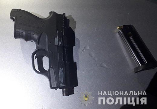 В Мукачеві у порушника ПДР патрульні виявили пістолет та набої