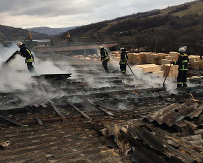 На Воловеччині горів цех для виробництва паливних брикетів