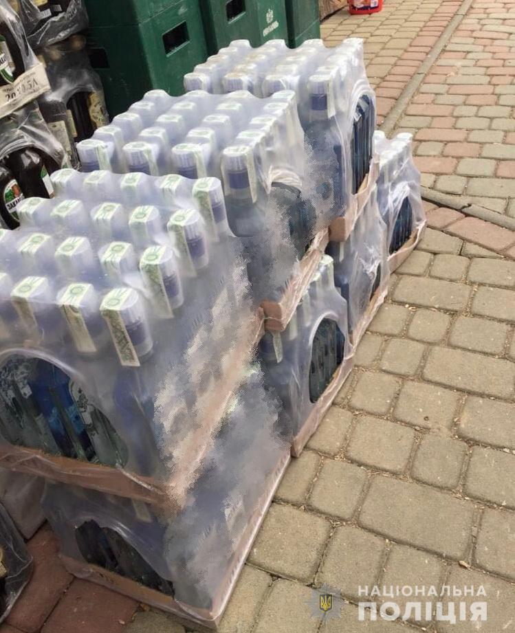 У Сваляві та на Виноградівщині в оселях фігурантів кримінальних проваджень вилучили понад півтони фальсифікованої горілки