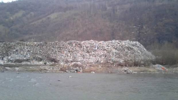 Гігантський смітник на березі Тиси показали в соцмережах
