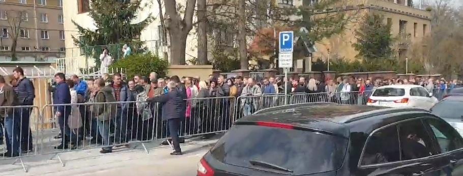 В Празі – кілометрова черга до виборчої дільниці в посольстві України (відео)
