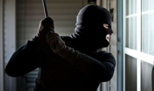 Вночі двоє озброєних чоловіків вдерлися до будинку закарпатки