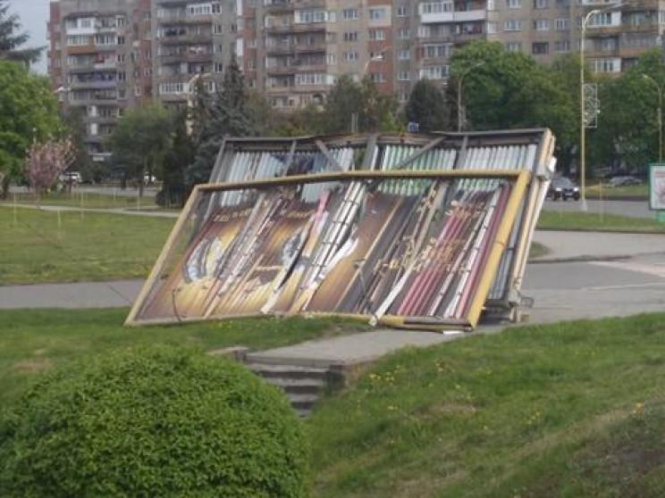 Біля транспортного мосту в Ужгороді вітер обвалив білборд (ФОТОФАКТ)