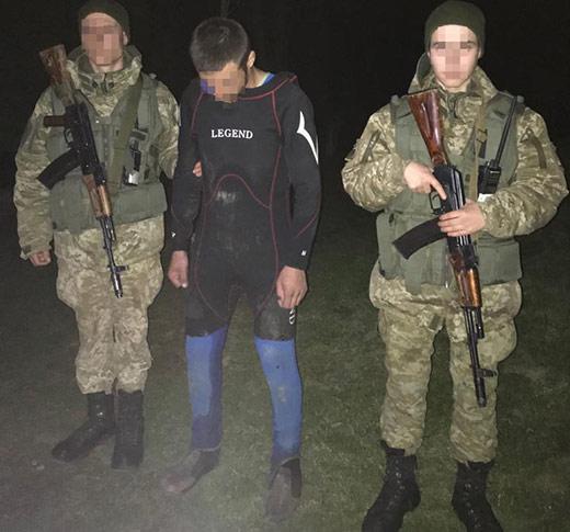 На Закарпатті прикордонники затримали двох контрабандистів у гідрокостюмах