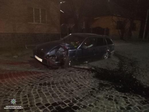 В Мукачеві водій BMW не впорався з керуванням і врізався у дерево