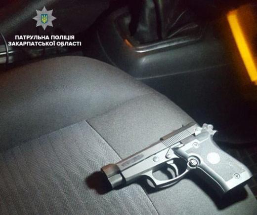 В Ужгороді пасажир таксі погрожував водію пістолетом