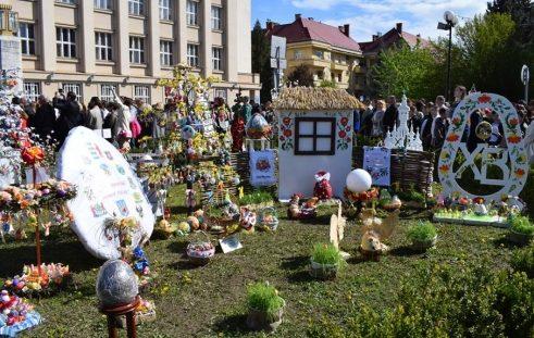 На площі Народній в Ужгороді розгорнули вже традиційне писанкове містечко