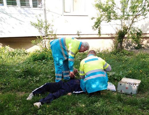В Мукачеві патрульні знайшли на вулиці непритомного чоловіка