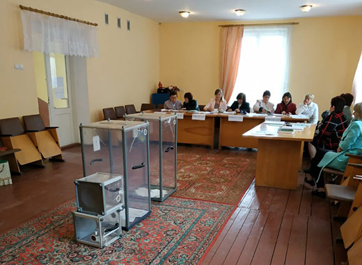 На одній з виборчих дільниць Воловеччини члени комісії проголосували раніше 8 години