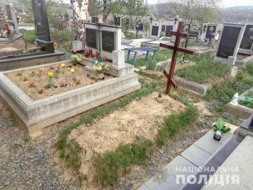В Мукачеві затримали жінку, яка вже вдруге пошкодила могилу на кладовищі