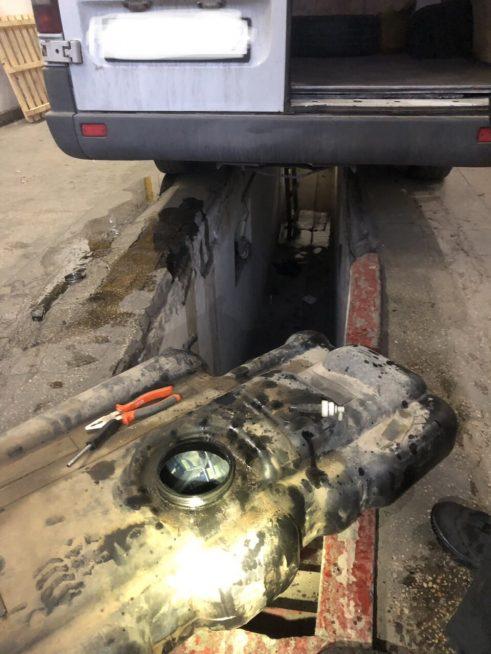 Закарпатські митники вилучили «Mercedes Sprinter» черезприховані цигарки