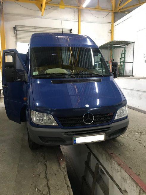 Закарпатські митники вилучили в українця, який прямував у Італію, цигарки та автомобіль