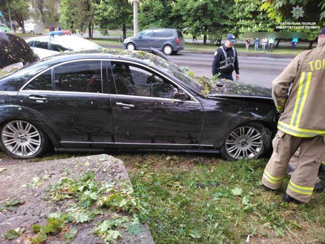 """Подробиці від патрульної поліції щодо ДТП за участі """"Мерседеса"""" в Ужгороді (фото)"""