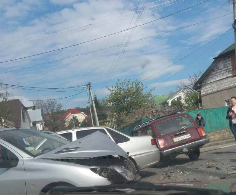 На Берчені в Ужгороді сталася автоаварія (фото)