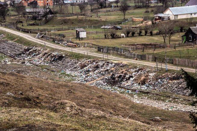 Мешканці Колочави засипали горами сміття річку Тереблю (фото)