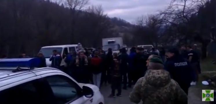 Місцеві мешканці на Закарпатті заважають прикордонникам облаштовувати кордон та влаштовують провокації (відео)
