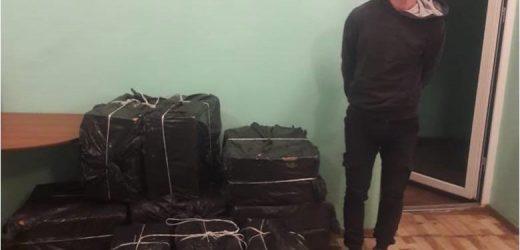На Закарпатті виявили шість пакунків цигарок на березі Тиси і затримали контрабандиста в гідрокостюмі