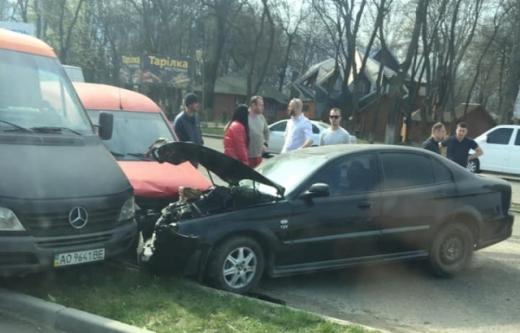 У Тячеві зіткнулися п'ять автівок – є постраждалі (фото, відео)