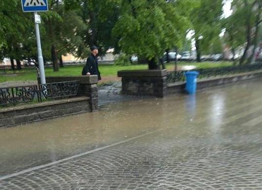 Дощ виявив недоліки багатомільйонного ремонту площі Петефі (фото)