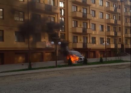 """В Ужгороді згоріла """"БМВ"""" (відео)"""