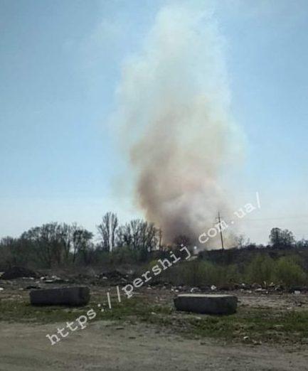 В Ужгороді рятувальники третю годину поспіль борються з вогнем (ФОТО)