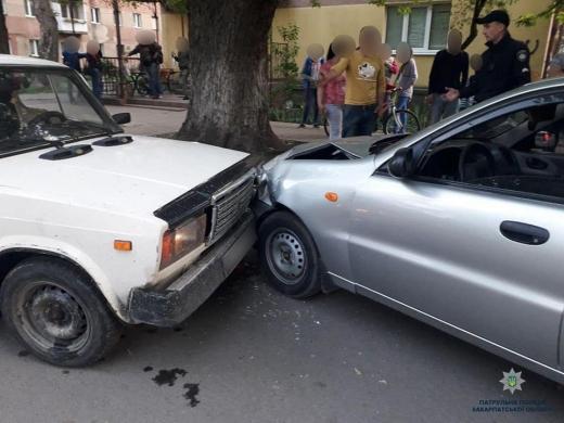 В Ужгороді п'яний водій врізався у припарковане авто