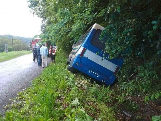 На Перечинщині пасажирський автобус опинився у кюветі – є травмовані