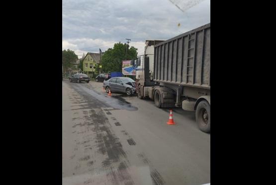 """На Іршавщині легкове авто """"влетіло"""" під фуру"""