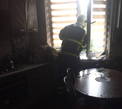 Через пожежу у багатоповерхівці в Хусті рятувальники евакуювали мешканців будинку